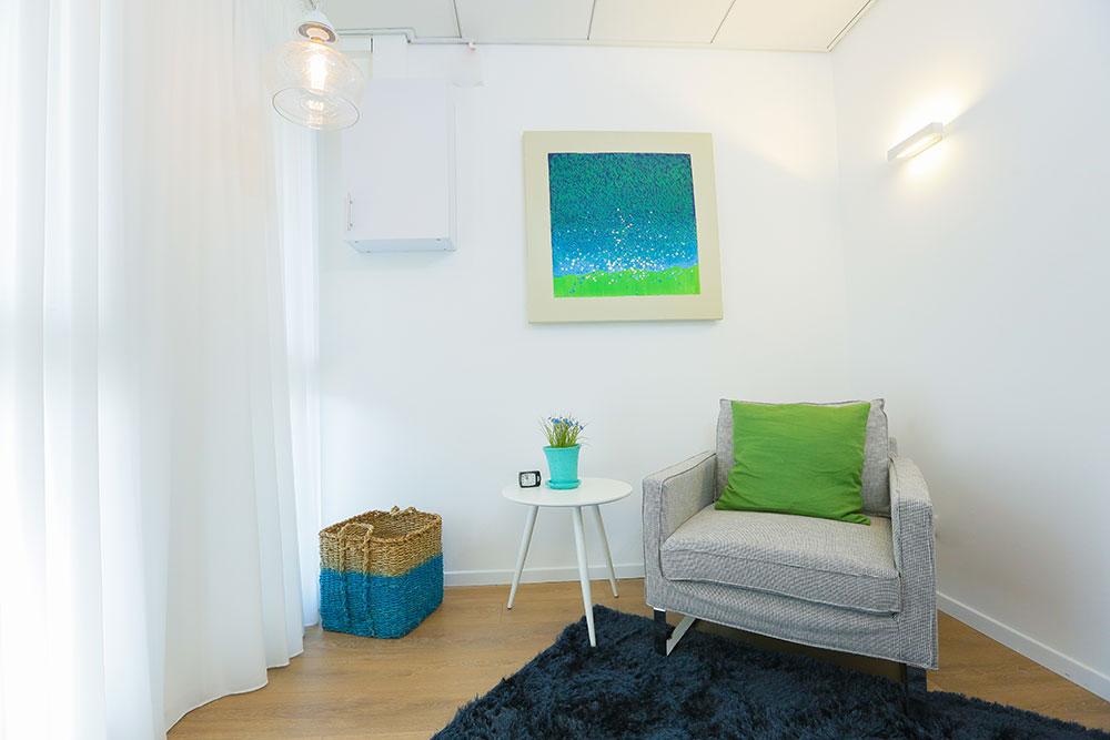 חדר טיפול פסיכולוגי בקליניקה ברמת אביב